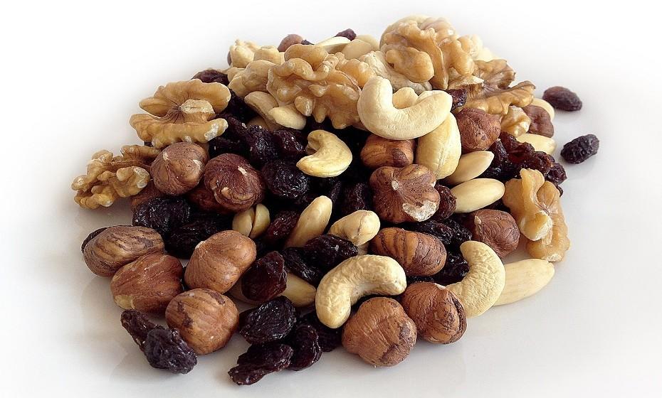 A sua alimentação é importante. Se comer antes de dormir, prefira alimentos com mais proteínas magras ou alimentos ricos em magnésio.