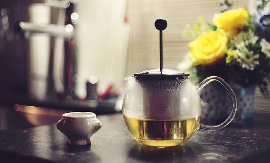 Olhos inchados: A melhor solução para olhos inchados é o chá verde – uma chávena de chá por dia, após a refeição. O inchaço que cria olheiras nos seus olhos é maioritariamente causado pela retenção de fluídos. O chá verde é um diurético que ajuda a reduzir o inchaço no eu corpo.