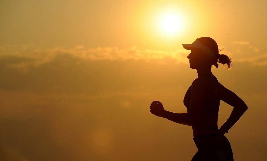 Faça exercício regularmente, mas evite fazê-lo antes da hora de se deitar, porque a energia que ganha num pós-treino pode mantê-lo acordado por muito tempo.