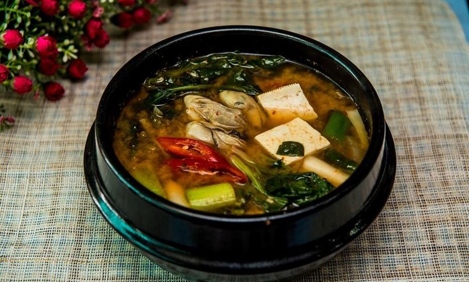 Sopa tipo miso: Esta sopa, que é um dos principais pratos da culinária japonesa, é também uma boa fonte de proteínas. Feita a partir de grãos de soja fermentados, a sopa tipo miso contém 12% de proteínas completas. Ainda fornece ao corpo isoflavonóides, que combatem a hipertensão e o mau colesterol, e melhoram a digestão.