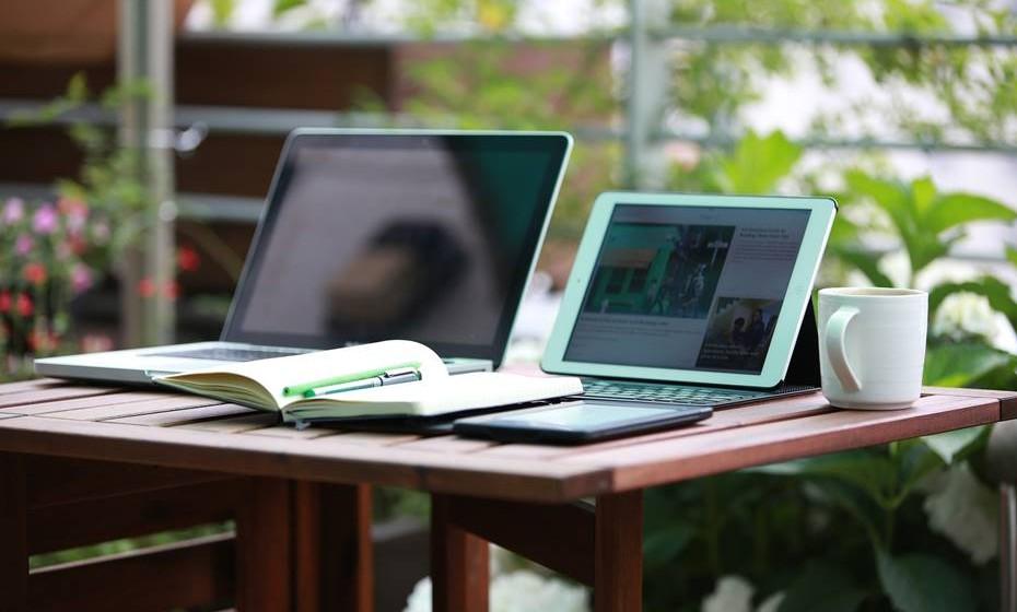 Invista em ferramentas de trabalho – O computador é um dos itens com maior impacto no orçamento. Pense bem se lhe serve um computador de secretária ou se necessita de um portátil. Tudo depende do uso que lhe vai dar.
