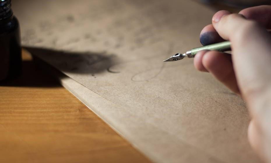 Mancha de caneta: Coloque sobre a mancha um pedaço de algodão embebido em álcool e vá trocando o algodão sempre que este tiver absorvido tinta. Repita a operação até desaparecer tudo. Experimente também colocar leite morno sobre a mancha e deixar de molho durante algumas horas.