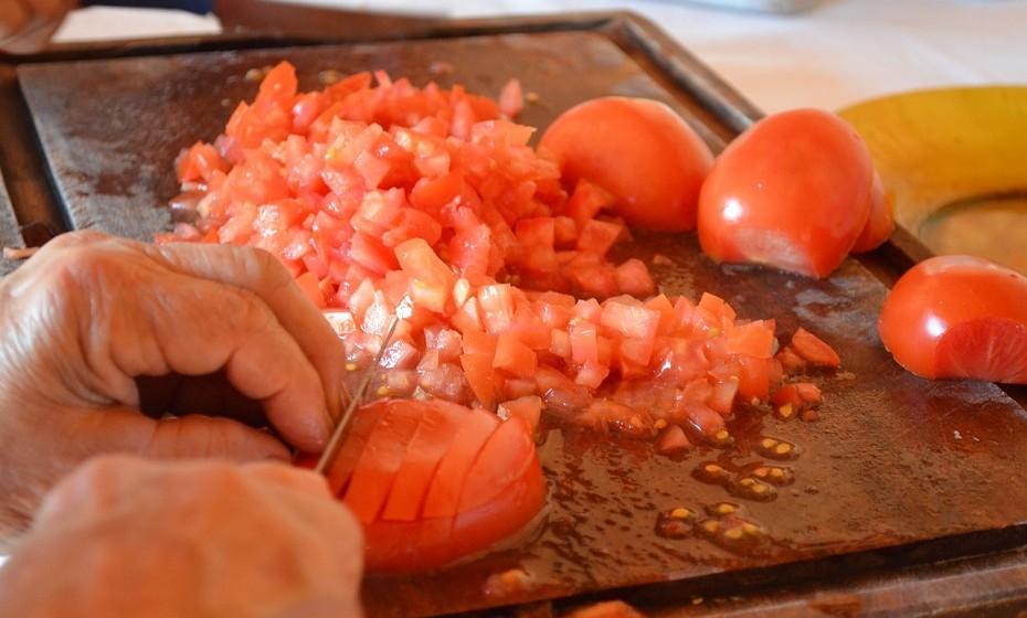 Sempre que manusear os alimentos, utilize utensílios limpos e tenha as mãos lavadas. Não deixe que os alimentos entrem em contacto com superfícies que não estejam limpas.