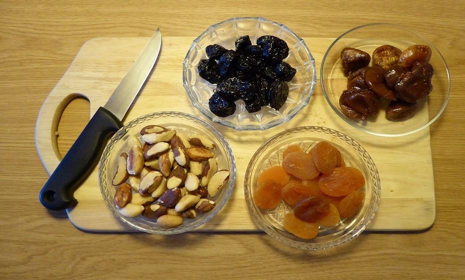 Mantenha-se longe dos frutos secos. Apesar de serem ricos em gorduras saudáveis para o coração, têm imensas calorias. Cerca de 30 gramas de frutos secos equivalem a 175 calorias. Em último caso, prefira os pistachios, pois têm menos calorias.