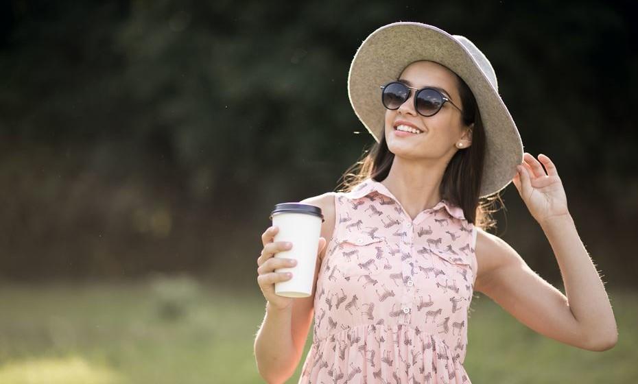 O café é uma das bebidas mais consumidas no mundo. Tem até um dia que lhe é dedicado, 1 de outubro, Dia Internacional do Café. Pois saiba que o café é também um aliado da beleza feminina e bastante eficaz nos tratamentos estéticos para a pele. Fique a conhecer os benefícios 'milagrosos' que lhe pode proporcionar.