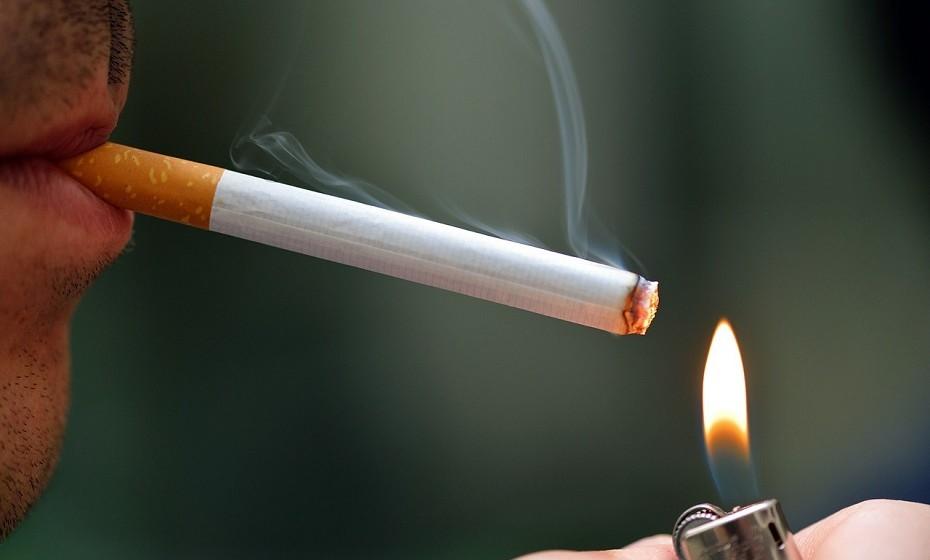 Parar de fumar. Fumar provoca o envelhecimento da pele, tira-lhe anos de vida e é responsável por doenças cardiovasculares, cardíacas e pulmonares. Procure ajuda junto do seu médico ou de ex-fumadores e encontre o método mais eficaz para si.