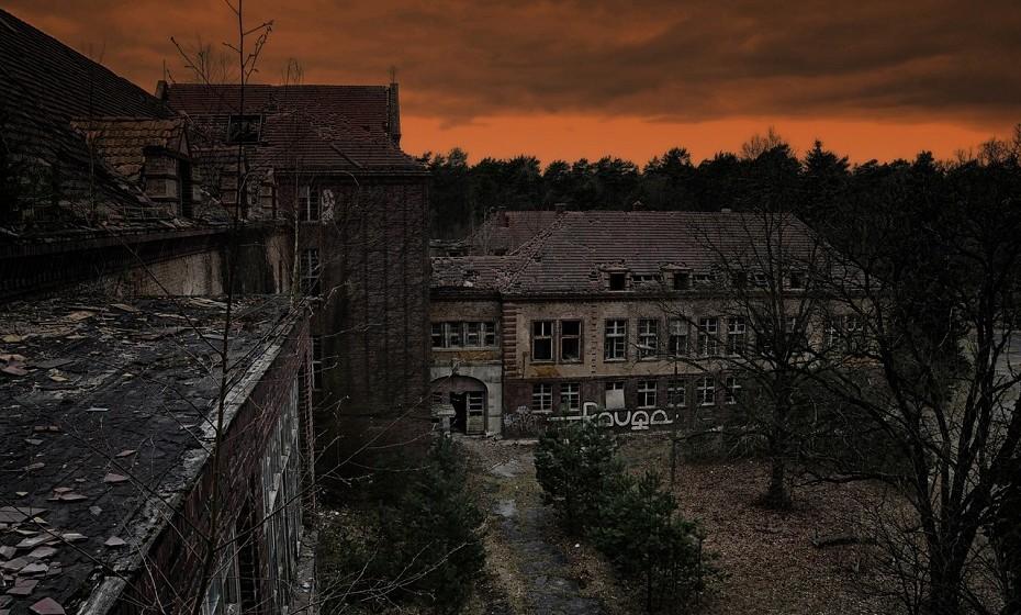 Hospital Beelitz-Heilstätten, Alemanha. Este velho hospital alemão foi um sanatório de tuberculose entre 1898 e 1930. Abrigou gás mostarda e vítimas da 1ª Guerra Mundial, incluindo um jovem soldado chamado Adolf Hitler que tinha sido ferido na perna. Passou, mais tarde, a ser um centro de tratamento para soldados nazis durantes a 2ª Guerra Mundial.