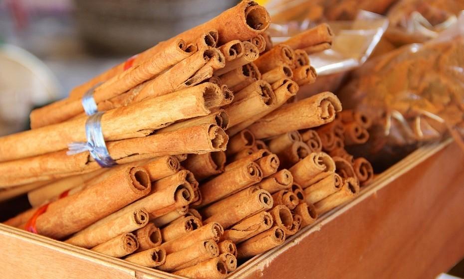 Usada da forma certa, a canela pode potenciar a perda de peso. Misture uma colher de canela com uma colher de mel e coloque em água quente. Depois, é só beber como se fosse chá. A canela contem vários minerais essenciais e é uma boa fonte de fibra.