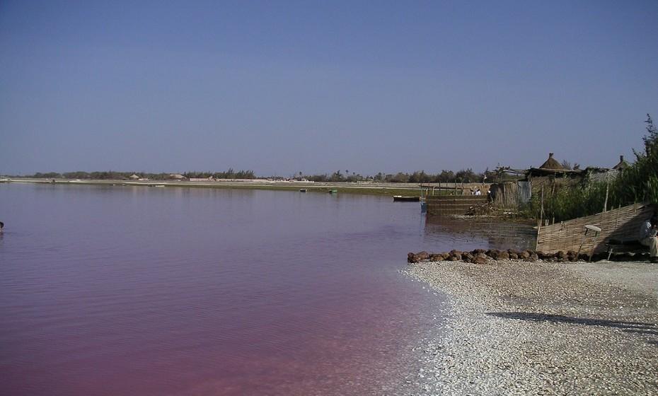 Rio Retba, Senegal - Este rio tem este tom rosado devido a uma bactéria amiga dos humanos que se propaga pelas águas salgadas.