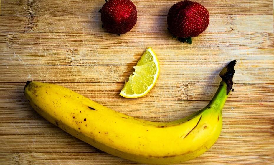 Máscara de banana e mel: uma banana madura, um colher de mel e 10 gotas de sumo de limão. Esmague as bananas, junte os restantes ingredientes e aplique na face. Agora é só esperar 15 minutes e lavar.