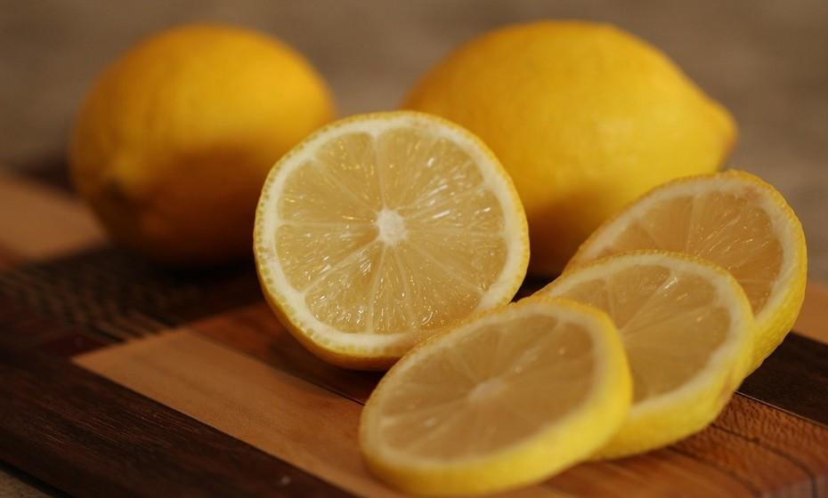 Os limões são habitualmente usados em produtos de limpeza devido às suas propriedade adstringentes. Este poder de limpeza também pode resultar no corpo para ajudar a perder peso. Adicione uma colher de sumo de limão a um copo de água quente e beba em jejum.