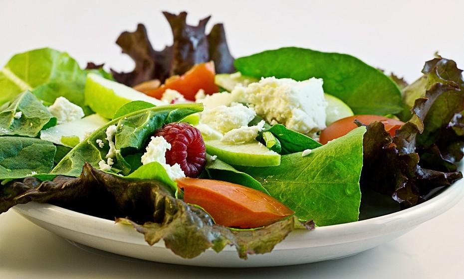 Uma simples salada pode ter mais calorias do que pensa. Não se deixe enganar. Alimentos como queijo, frutos secos caramelizados ou abacate têm imensas calorias. Opte por cebolas, cogumelos ou pimentos grelhados e use metade da quantidade de molho habitual.