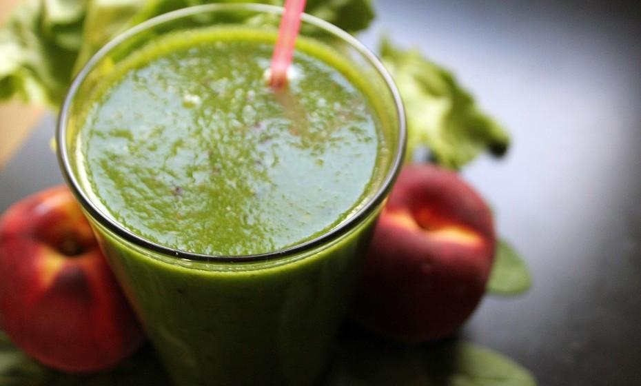 Faça batidos detox para o pequeno-almoço ou antes de fazer exercício físico. Basta escolher fruta à sua escolha – neste contexto, o ananás será uma boa escolha – e adicionar vegetais como pepino ou espinafres.