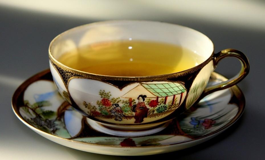 O chá verde tem em si uma grande concentração de antioxidantes e é ótimo para regular o sistema digestivo.