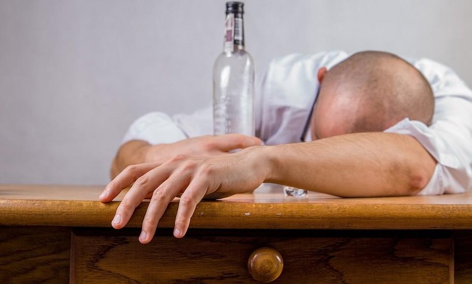 Reduza a quantidade de álcool que ingere. Beber bebidas alcoólicas em excesso afeta os transmissores do cérebro e pode aumentar o risco de perda de memória, depressão ou até mesmo convulsões.