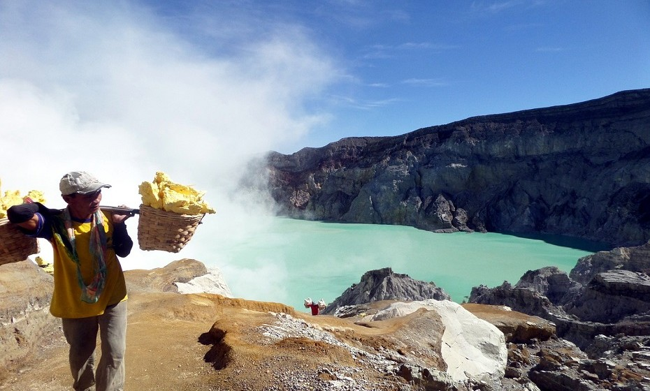 Kawah Ijen Volcano, Indonésia. Este vulcão tem tanto de aterrador como de espetacular. Tem quantidade anormais de gases sulfúricos que atingem temperaturas de mais de 1000 ºC e que ao entrar em contato com o ar, queima. (aterrorizante). Por vezes, os gases condensam em enxofre liquido que, por sua vez, assume um tom sobrenatural de azul e flui para baixo (espetacular).