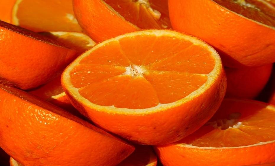 Experimente este esfoliante corporal bem simples. Descasque uma laranja e embrulhe as cascas numa gaze. Esfregue na pele durante o banho.