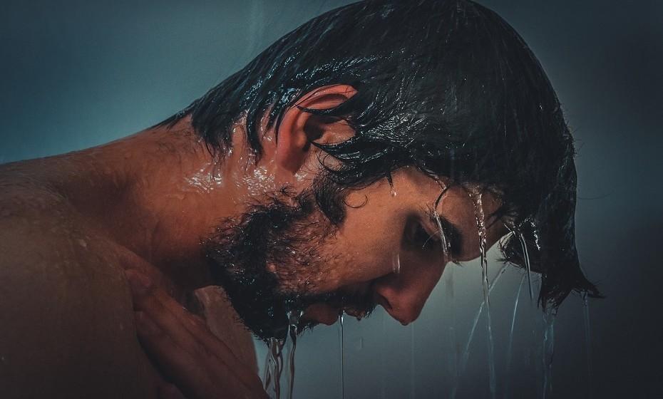 Se o órgão genital do homem não tiver um cheiro muito agradável, sugira sexo no banho.
