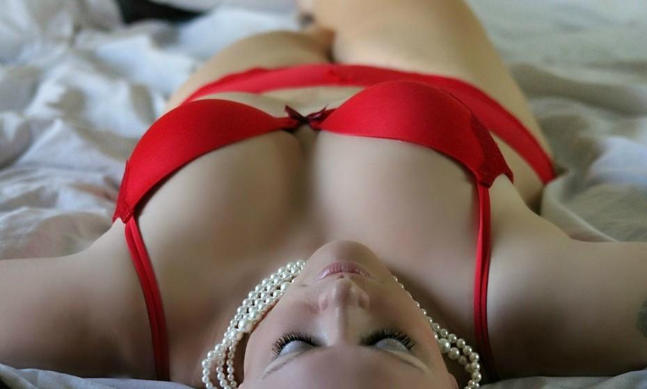 Deite fora toda a lingerie que não a faça sentir-se sexy. Se pensa: «mas ninguém vê», abandone essa ideia. Usar cuecas e soutiens sensuais fazem-na sentir-se mais confiante e poderosa.