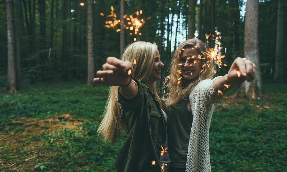 PERSONALIDADE 3. A personalidade 3 é caracterizada por muita vivacidade, alegria e força de viver. Habitualmente, os nativos com a vibração 3 marcam presença em qualquer lugar ou momento. Têm boa capacidade de expressão e encantam com a sua eloquência. Falam muito, na maioria dos casos com sabedoria e critério. São muito afectuosos, prestáveis e dedicados. Não suportam traições ou deslealdade. Nessas circunstâncias, são capazes de reacções excessivas e, por vezes, surpreendentes. São desarrumados. A vibração 3 está associada a Júpiter e ao elemento Ar.