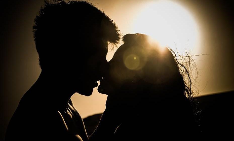 Atrase o orgasmo. Combinem não chegar ao orgasmo até que um diga ao outro para o fazer. Vão-se provocando até alcançar o auge do clímax e depois abrandem, no final de várias brincadeiras, quando finalmente libertar o orgasmo pode esperar um 'fogo de artifício'.