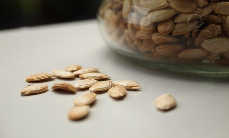 Abóbora – conhecidas como pevides, as sementes da abóbora contribuem para o bom funcionamento da próstata, tendo também propriedades anti-inflamatórias, que tornam o ph do sangue mais alcalino. Ricas em vitamina E e C são também antioxidantes e diuréticas. Apesar de poderem ser consumidas cruas, quando cozinhadas no forno durante cerca de 20 minutos ganham ainda mais sabor.