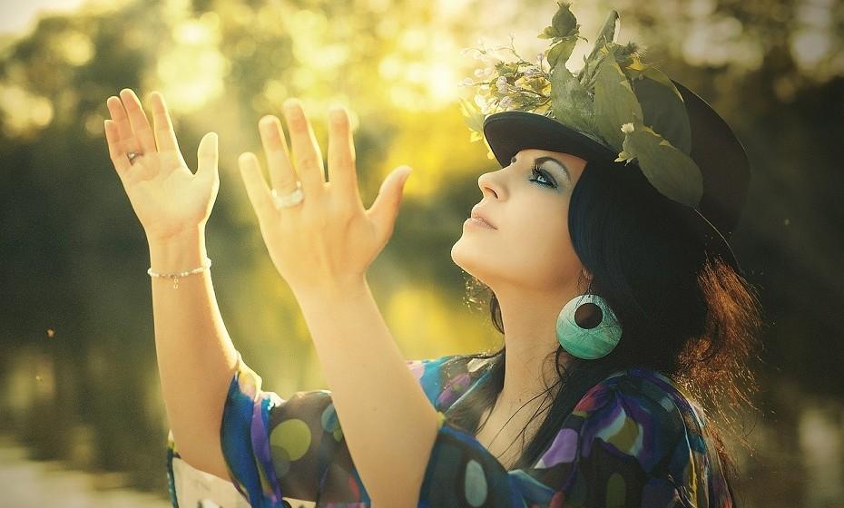 PERSONALIDADE 6. A vibração 6 define uma personalidade muito sensível e emotiva. Os sentimentos mandam mais que a razão. A estabilidade afetiva e a força das emoções são o motor da sua vida. Esperam demais dos outros e dececionam-se facilmente. Por vezes são possessivos e ciumentos. Têm dificuldade em ultrapassar ruturas. Estes nativos têm elevado sentido estético e profundo interesse por causas humanísticas. Este número está associado a Vénus e aos elementos Terra e Ar.