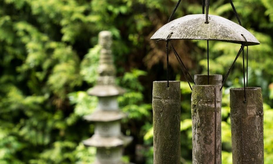 O Feng Shui é uma prática que surgiu há mais de três mil anos na China. Esta arte estuda a influência do espaço no nosso bem-estar e a forma como o local onde estamos se reflete no modo como nos sentimos. Veja como promover as boas energias na sua casa ou local de trabalho.