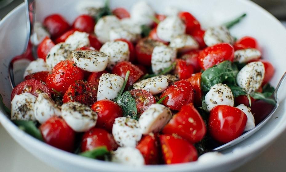 A fome e a falta de nutrientes levam aos desejos súbitos. Comer refeições adequadas garante que o seu corpo recebe os nutrientes que necessita.