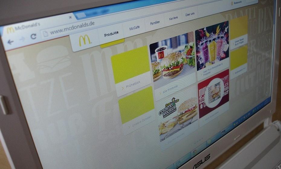 """A revolução das entregas: serviços de encomenda online são a grande tendência de 2016. Ir """"jantar fora"""" é coisa do passado, agora o consumidor prefere encomendar a comida online e esta é-lhe entregue em casa. São muitas as empresas que já aderiram a este avanço da tecnologia."""