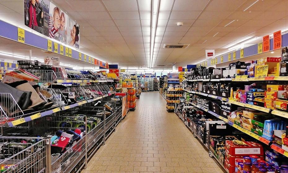 Regra de ouro: Não vá ao supermercado com fome! Aponte no telemóvel, na agenda, cole no frigorífico, mas não se esqueça desta regra. Será mais difícil controlar os desejos por batatas fritas, chocolates e afins.
