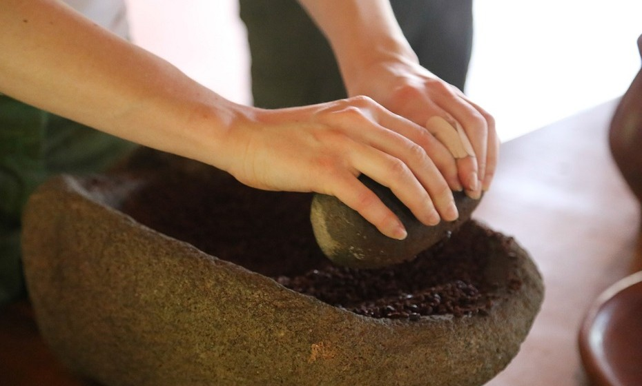 Manteiga de cacau resulta muito bem quando aplicada nas estrias (dê preferência ao produto orgânico ou à versão crua). A manteiga de cacau é altamente concentrada em gorduras que penetram com profundidade na pele para curar e suavizar.