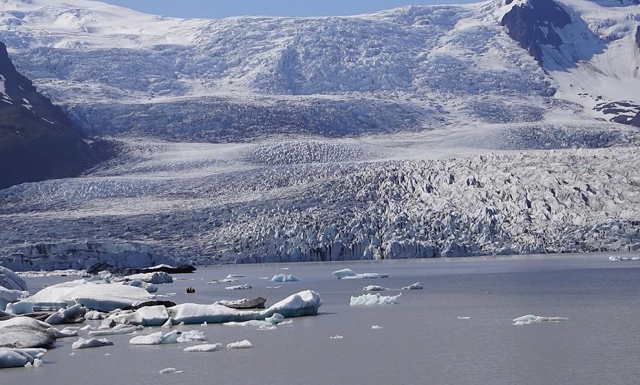Nuuk fica na Groenlândia. Só o nome já soa a frio, não é? Tem um clima marítimo, influenciado pelo clima subártico, o que significa que as temperaturas permanecem abaixo de zero durante todo o inverno.