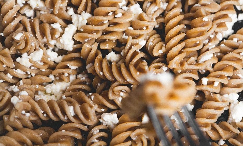 Consuma alimentos integrais que contêm muitos hidratos de carbono, como o pão, as frutas e os legumes com bastante fibra. Estes alimentos aumentam os níveis de serotonina e têm um efeito calmante.