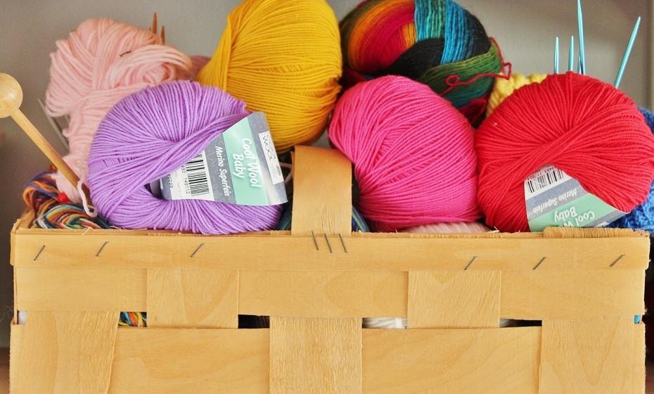 As cores têm um forte impacto no apetite, no estado de espírito e na forma como se encara a vida. Considere pintar uma parede de uma divisão com uma cor mais quente ou decore a sua casa com ornamentos coloridos.