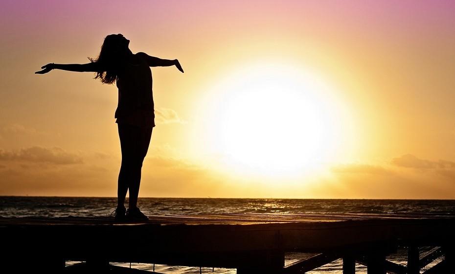 Quando sair da cama, faça 10 respirações profundas para limpar a mente. Se puder, vá à varanda e sinta o vento e os raios solares a tocar na face – vai mantê-la acordada e inspirada para o novo dia.