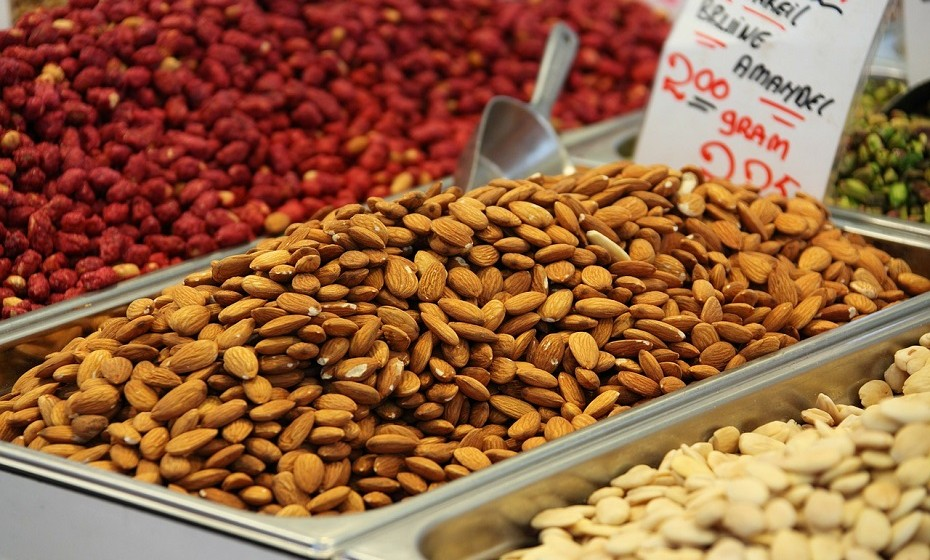 Alimentos ricos em ácidos gordos de origem vegetal possuem propriedades anti-inflamatórias. Encontram-se nas sementes de linhaça, nas amêndoas, nas nozes, no abacate etc.