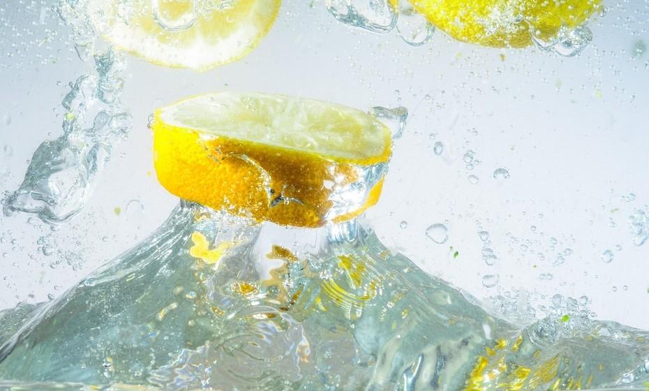 Para começar o dia, não há nada melhor do que beber um copo de água. De preferência, água morna com limão, pois irá dar um empurrão ao seu metabolismo e, acima de tudo, hidratar.