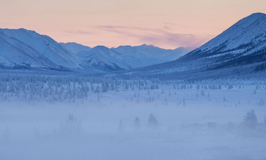 Oymyakon fica na Rússia e é conhecida por ter o recorde de temperatura mais baixa numa localidade permanentemente habitada. Em 1993, no mês de fevereiro, esta região atingiu uma temperatura de -67,7ºC.
