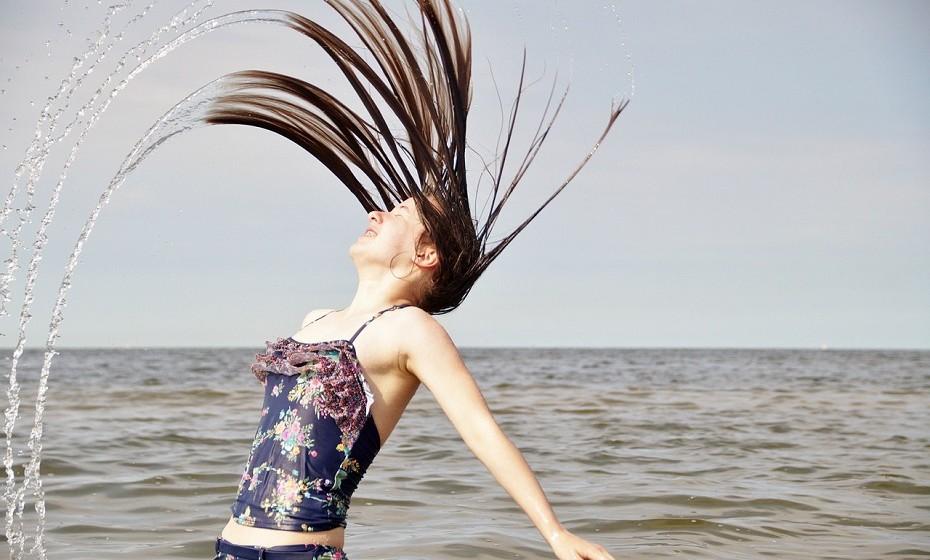 Pentear o cabelo molhado provoca quebra dos fios capilares. Se gosta de pentear o seu cabelo no banho ou precisar mesmo de penteá-lo após o banho, opte por um pente de dentes largos em vez de escova.