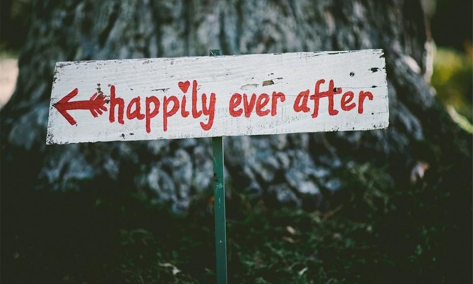 """E porque não casar? Virtualmente, claro. Existem vários websites onde se pode pedir a mão em casamento, ter um certificado, mandar convites, tirar fotos do """"casamento"""" e, até mesmo, divorciar-se."""