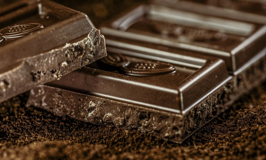 Quando estiver com desejos de doces, em particular de chocolate, prefira comer chocolate negro. É mais saudável que o típico chocolate com leite, pois tem menos açúcar.
