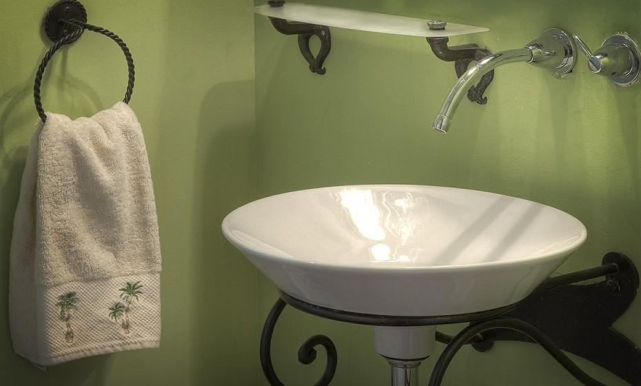 Na casa de banho, o ideal é manter a porta da casa de banho fechada, tampa do assento da sanita para baixo e não deixe a torneira a pingar. Se a água significa riqueza, não vai querer vazamentos.