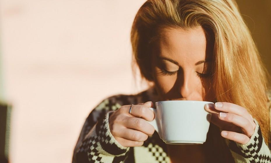 Prefira chá ao café, mas, se for grande adepta da cafeína, não beba café antes das 9:30h ou 10h da manhã.