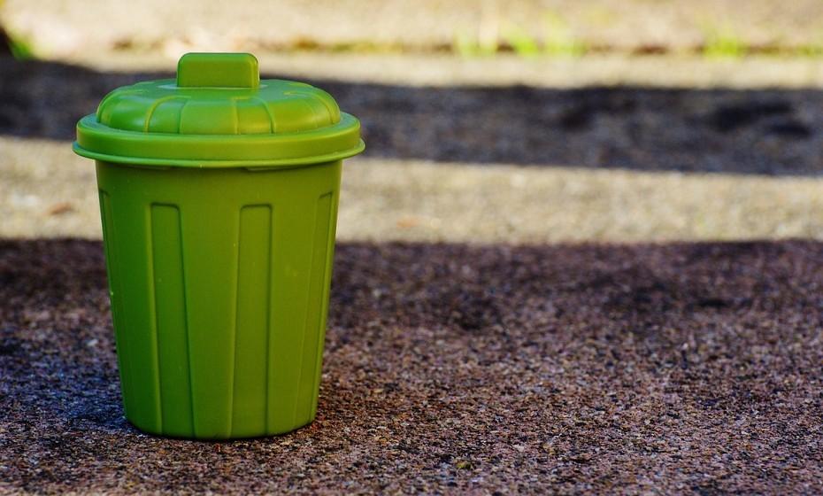 Sente um cheiro estranho na cozinha? Verifique se os caixotes do lixo estão cheios e sujos. É essencial que limpe com frequência o balde do lixo para que a sujidade e os cheiros não se acumulem. Lave com água quente e esfregue o balde com uma pequena mistura de limão com bicarbonato de sódio.