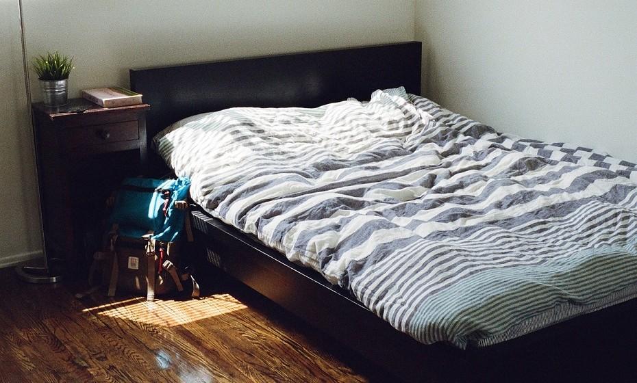 """A cama é sem dúvida a peça de mobiliário mais importante. Para colocar a sua cama na posição de comando – """"posição dominante"""" em linguagem Feng Shui – vire o imobiliário para a porta. Caso não seja possível, coloque um espelho no quarto de modo a que, deitado na cama, consiga ver a porta."""