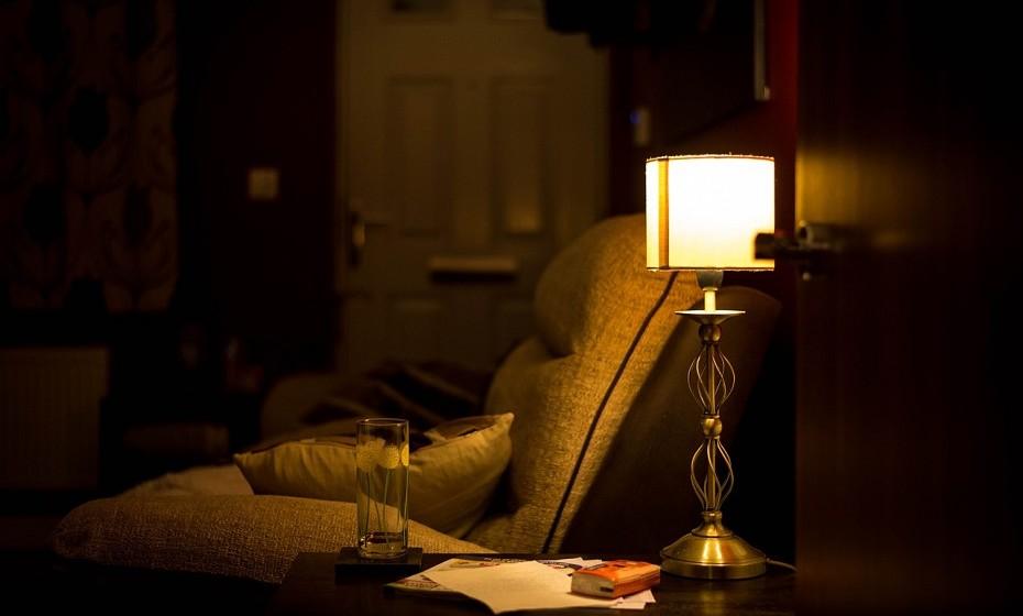 Ligue as luzes de casa ou acenda algumas velas. Esta é chamada 'terapia das luzes'. Não se limite à luz emitida pelo telemóvel, pelo computador e pela televisão. Se for de dia, abra as janelas e encha a casa de luz. Os efeitos são surpreendentemente eficazes.