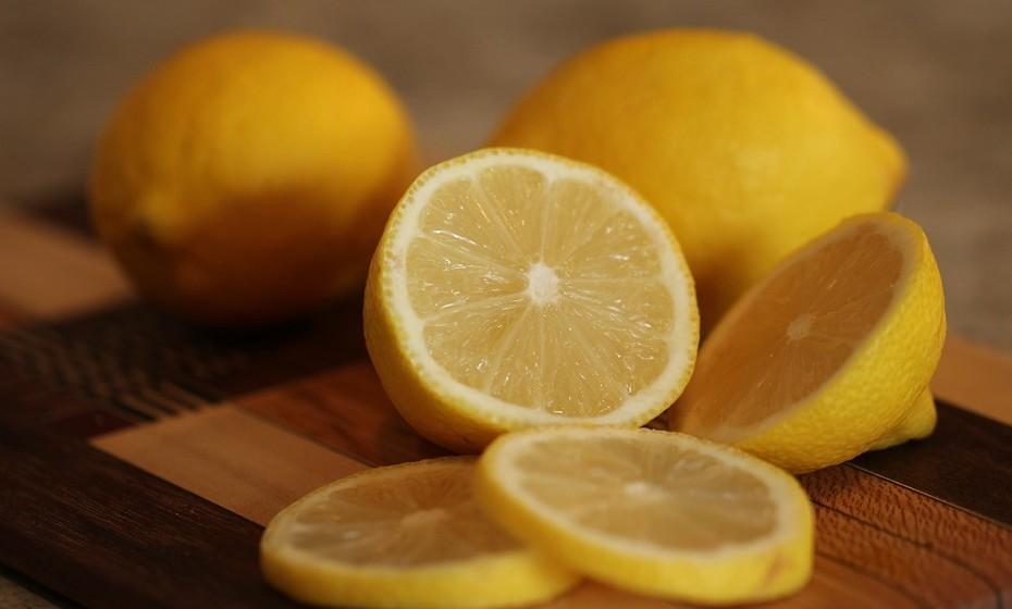 Sumo de limão é um ingrediente fantástico para a cicatrizes da acne. O sumo de limão ajuda a combater as descolorações na pele.
