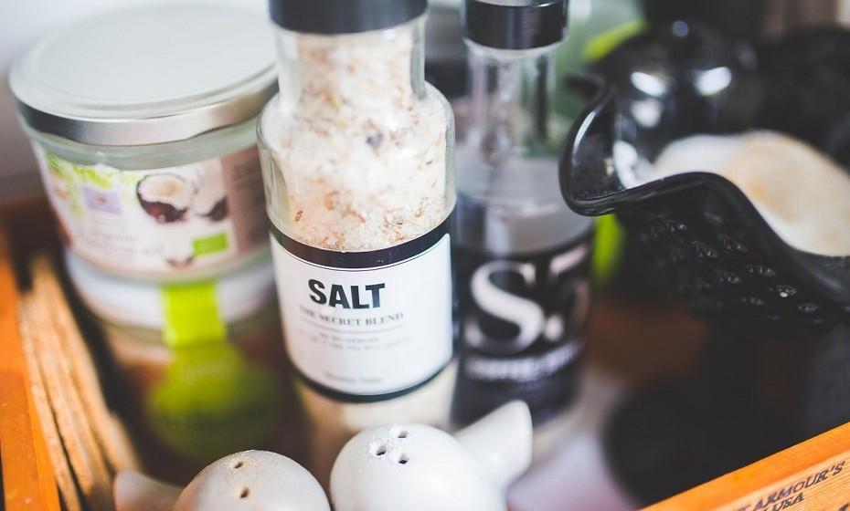 O sal deve ser evitado ao máximo. Provoca retenção de líquidos, deixando-a inchada.
