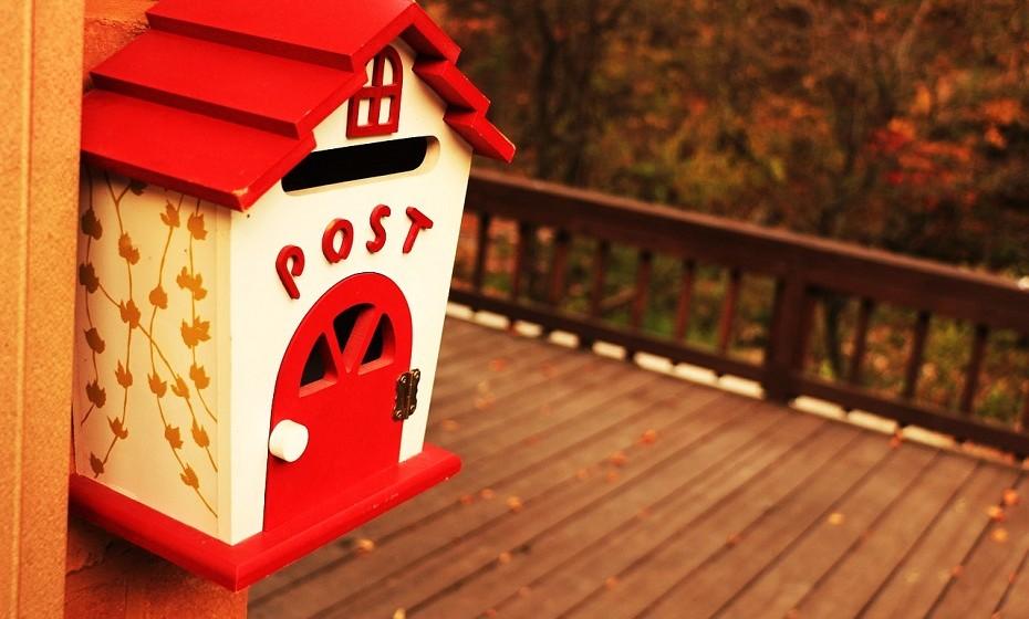 Enviem cartas um ao outro. Por mais conversas que tenham online ou ao telefone, uma carta no correio dá sempre um toque especial à relação. Escrevam textos mais românticos, coisas de que têm saudades ou coisas que anseiam fazer quando estiverem juntos.